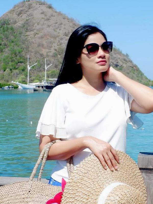 Gaya OOTD istri Chritian Sugiono dengan kaos putih serta kacamata hitam ini bisa jadi inspirasi bergaya sehari-hari. (Liputan6.com/IG/@titi_kamall)