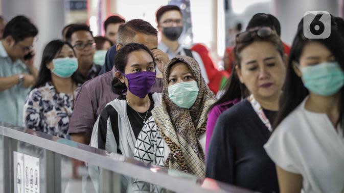 Sejumlah penumpang menggunakan masker saat antre memasuki kereta Mass Rapid Transit (MRT) di Stasiun Bundaran HI Jakarta, Selasa (3/3/2020). Penumpang dengan gejala demam tinggi dilarang masuk dan menggunakan MRT sebagai upaya pencegahan penyebaran virus corona Covid 19. (Liputan6.com/Faizal Fanani)