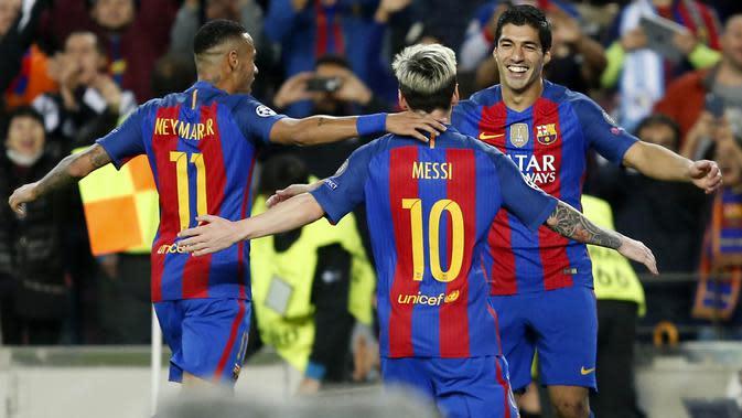 Striker Barcelona, Neymar Jr, bersama Luis Suarez merayakan gol yang dicetak Lionel Messi ke gawang Manchester City pada laga Liga Champions di Stadion Camp Nou, Barcelona, Minggu, (19/10/2016). (AFP/Pau Barrena)