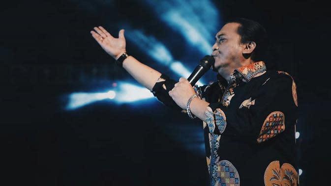Di tahun 1995, pria kelahiran Surakarta 52 tahun silam ini semakin menunjukkan ciri khas pada setiap penampilannya. Pada tahun tersebut, Didi mengeluarkan album 'Malam Mingguan'. Tampilan Didi pun semakin terbangun dengan adat Jawanya yang khas. (Liputan6.com/IG/@didikempot_official)