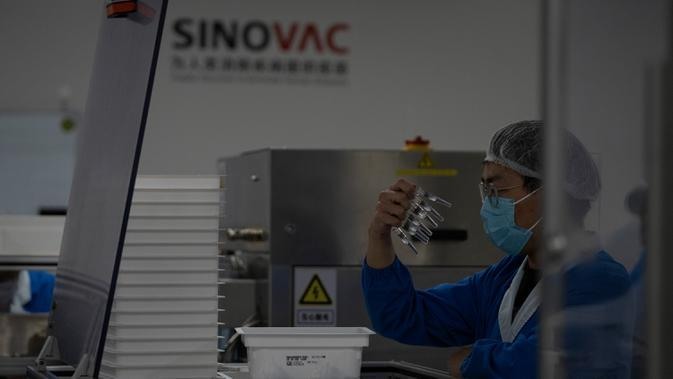 PEMBUATAN VAKSIN COVID-19 SINOVAC: Pekerja memeriksa jarum suntik Vaksin CoV-2 SARS untuk COVID-19 yang diproduksi di pabrik vaksin SinoVac di Beijing, Kamis (24/9/2020). Sinovac mengatakan vaksin COVID-19 yang dikembangkannya siap didistribusikan ke seluruh dunia awal 2021. (AP Photo/Ng Han Guan)