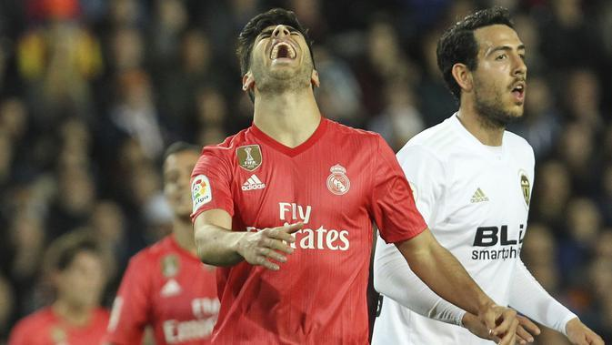 Gelandang Real Madrid, Marco Asensio, tampak kecewa usai gagal mencetak gol ke gawang Valencia pada laga La Liga 2019 di Stadion Mestalla, Rabu (3/4). Valencia menang 2-1 atas Real Madrid. (AP/Alberto Saiz)