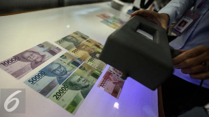 Petugas menunjukan pengaman uang saat peruri media visit di Perusahaan Umum Percetakan Uang Indonesia (Peruri), Karawang, Jawa Barat, Rabu (18/1). (Liputan6.com/Faizal Fanani)