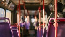 公車上情侶放閃!司機急踩剎車秒GG