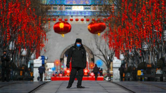 Petugas keamanan mengenakan masker saat berjalan di Jalan Qianmen, Beijing, China, 16 Februari 2020. Hingga Kamis (12/3/2020) pagi, jumlah kasus virus corona COVID-19 di China sebanyak 80.921 orang terinfeksi, 3.046 meninggal, dan lebih dari 50.000 sembuh. (AP Photo/Andy Wong, File)
