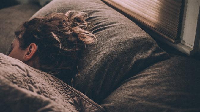 Benarkah tidur 20 menit lebih lama bisa membantu menurunkan berat badan? Simak di sini penjelasannya. Sumber foto: unsplash.com/Gregory Pappas.