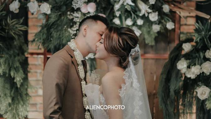 Di hadapan para tamu undangan, Marcell tak segan memamerkan keromantisan bersama istri tercintanya. Seperti yang satu ini, dengan penuh ketulusan, Marcell mencium pipi Nabila. (Instagram/aliencophoto)