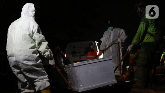 Petugas memakamkan jenazah dengan protokol COVID-19 di TPU Pondok Ranggon, Jakarta, Kamis (24/9/2020). Berdasarkan data Kamis (24/9), ada tambahan 4.634 kasus baru sehingga jumlah kasus Covid-19 di Indonesia mencapai 262.022 orang, sembuh 191.853, meninggal 10.105. (Liputan6.com/Helmi Fithriansyah)