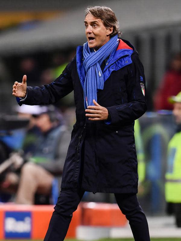 Pelatih Italia, Roberto Mancini, menginstruksikan pemainnya saat bertanding melawan Italia pertandingan UEFA Nations League di Stadion San Siro di Milan (17/11). Portugal meraih poin sembilan sedangkan Italia lima. (AFP Photo/Marco Bertorello)