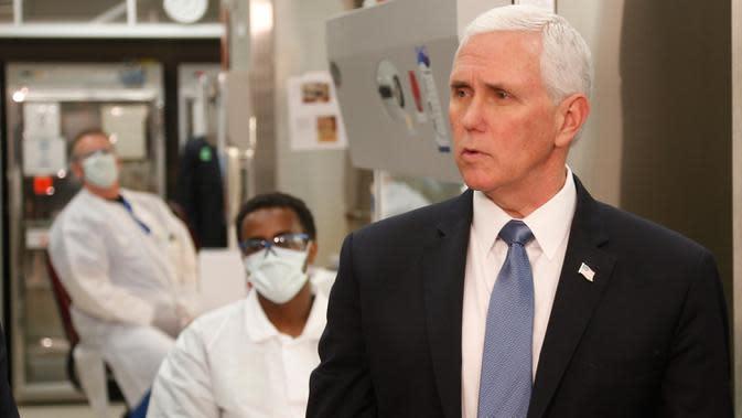 Wakil Presiden AS, Mike Pence mengunjungi laboratorium pengujian molekuler di Mayo Clinic di Rochester, Minnesota, Selasa (28/4/2020). Pence mengunjungi salah satu pusat penelitian virus corona itu tanpa mengenakan meskipun ada aturan internal wajib bermasker di fasilitas tersebut. (AP/Jim Mone)