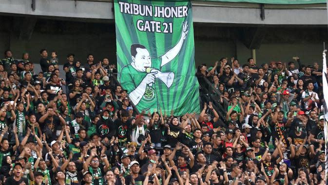 Manajemen Persebaya memberikan penghormatan kepada Jhoner sebelum duel kontra Tira Persikabo di Stadion Gelora Bung Tomo, Surabaya, Minggu (21/7/2019) malam. (Bola.com/Aditya Wany)