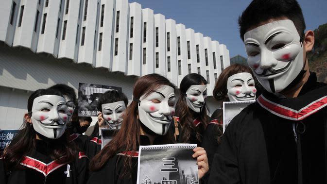 Mahasiswa mengenakan topeng Guy Fawkes selama aksi protes sebelum upacara kelulusan mereka di Chinese University of Hong Kong, Hong Kong, Kamis (7/11/2019). Sekitar seribu mahasiswa mengabaikan larangan mengenakan topeng yang dikeluarkan pemerintah pada Oktober 2019. (AP/Kin Cheung)