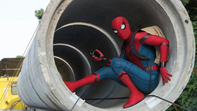 Aksi Tom Holland saat memerankan karakter Spiderman di film `Spider-Man: Homecoming.`. Film ini menceritakan seorang pelajar SMA yang mendapatkan kekuatan akibat terkena gigitan laba-laba transgenic. (Chuck Zlotnick/Columbia Pictures-Sony via AP)