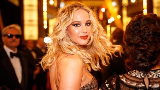 Jennifer Lawrence pun tak ketinggalan menggunakan krim malam untuk tetap membuat kulit wajahnya lembab. (CHRISTOPHER POLK / GETTY IMAGES NORTH AMERICA / AFP)