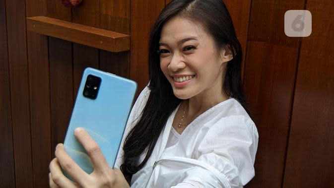 Model pamerkan smartphone terbaru Samsung Galaxy A71. (Liputan6.com/ Yuslianson)