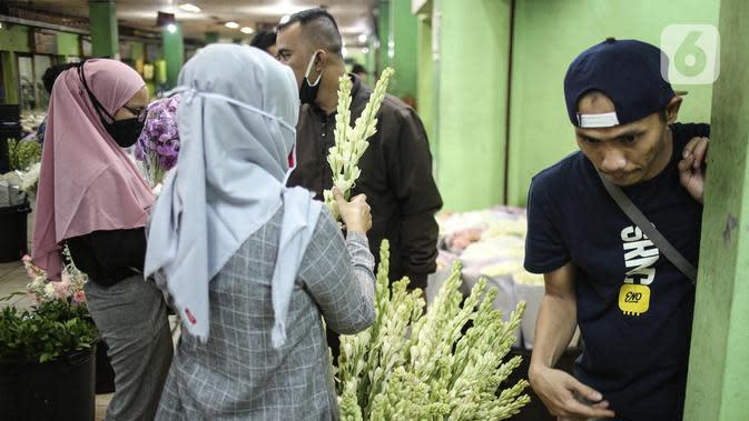 Pembeli memilih bunga potong di Pasar Bunga Rawa Belong di Jakarta, Sabtu (23/5/2020). Menyambut Hari Raya Idul Fitri 1441 H, permintaan bunga potong untuk menghias rumah turun karena kurangnya minat masyarakat untuk keluar rumah disebabkan pandemi COVID-19. (Liputan6.com/Faizal Fanani)