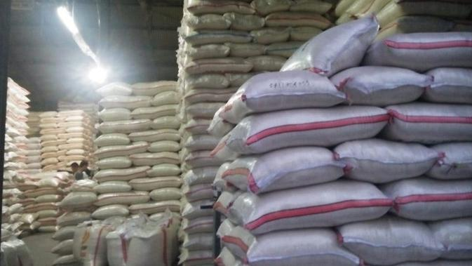 Bulog tak perlu melakukan operasi pasar beras. Karena jika stok beras di pasar berlebih, akan beresiko bagi petani.