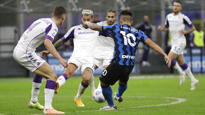 Pemain Inter Milan Lautaro Martinez (kanan) mencetak gol ke gawang Fiorentina pada pertandingan Serie A di Stadion San Siro, Milan, Italia, Sabtu (26/9/2020). Inter Milan mengalahkan Fiorentina dengan skor 4-3. (AP Photo/Luca Bruno)