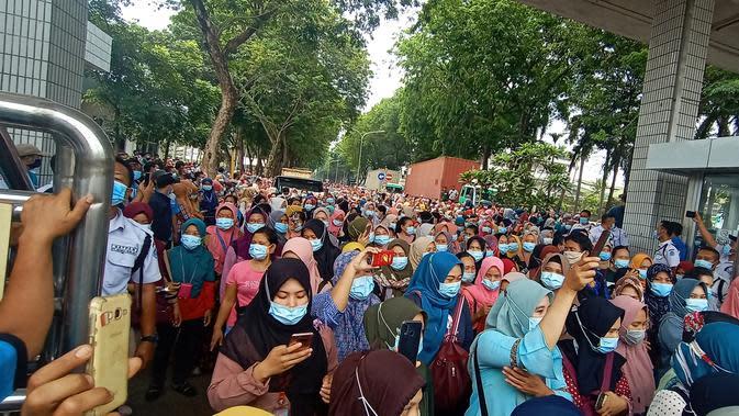 Tolak Omnibus Law, Puluhan Ribu Buruh Wanita Blokir Jalan Menuju Tangerang