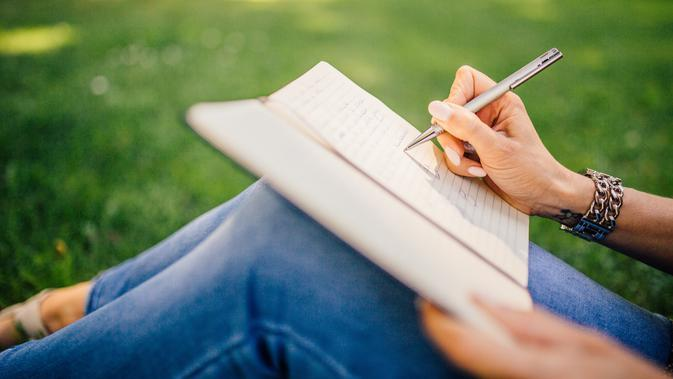 menulis jurnal | pexels.com/@negativespace