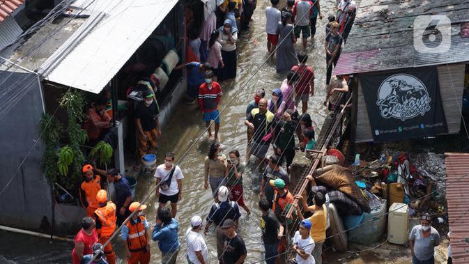 Sejumlah warga berkumpul saat banjir dan longsor di Jalan Damai, Ciganjur, Jakarta Selatan, Minggu (11/10/2020). Hujan yang deras sejak Sabtu (10/10/2020) sore mengakibatkan kawasan tersebut mengalami banjir sekaligus longsor. (Liputan6.com/Immanuel Antonius)