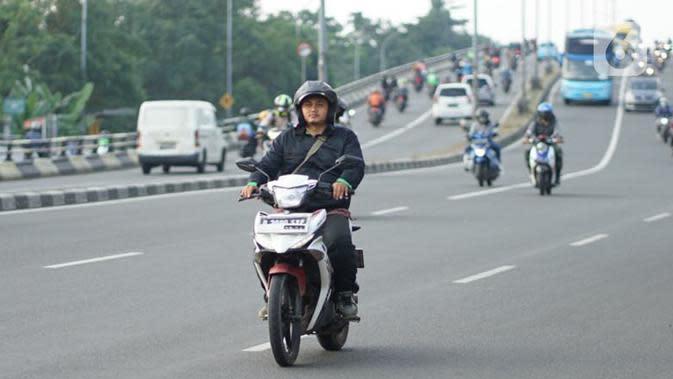 Warga beraktivitas tanpa menggunakan masker di kawasan , Jakarta, Selasa (19/5/2020). Sanksi PSBB yang kurang tegas menyebabkan sebagian warga masih bebas beraktivitas tanpa menggunakan masker, meskipun resiko penyebaran virus corona masih tinggi. (Liputan6.com/Immanuel Antonius)