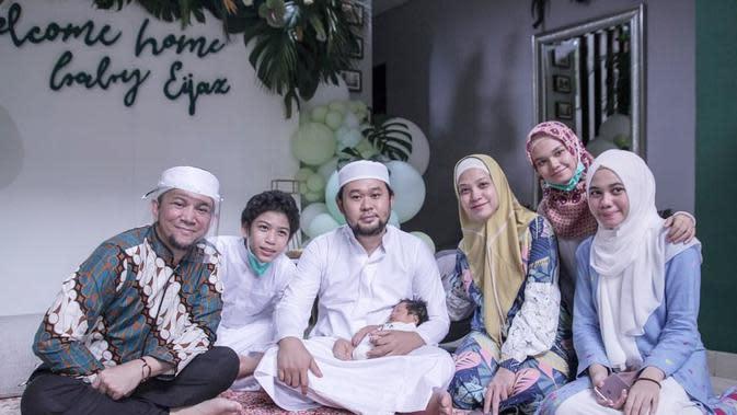 Rachel Maryam dan keluarga gelar akikah dan tahnik. (Sumber: Instagram/@rachelmaryams)
