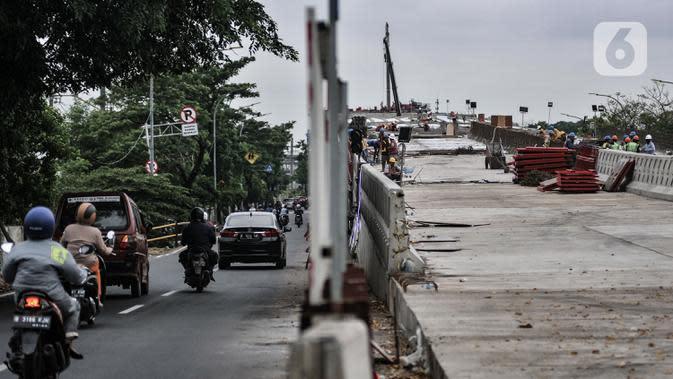 Kendaraan melintasi proyek pembangunan jalan layang atau Flyover Cakung, Jakarta, Kamis (2/7/2020). Proyek flyover berbiaya Rp261 miliar itu ditargetkan rampung pada Desember 2020 dan diharapkan mampu mengurai titik kemacetan akibat perlintasan sebidang. (merdeka.com/Iqbal S Nugroho)
