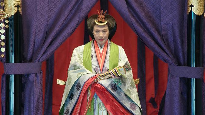 Permaisuri Masako saat menghadiri upacara penobatan Kaisar Naruhito di Istana Kekaisaran, Tokyo, Jepang, Selasa (22/10/2019). Naruhito resmi menjadi Kaisar Jepang setelah melalui ritual penobatan. (Pool via AP)