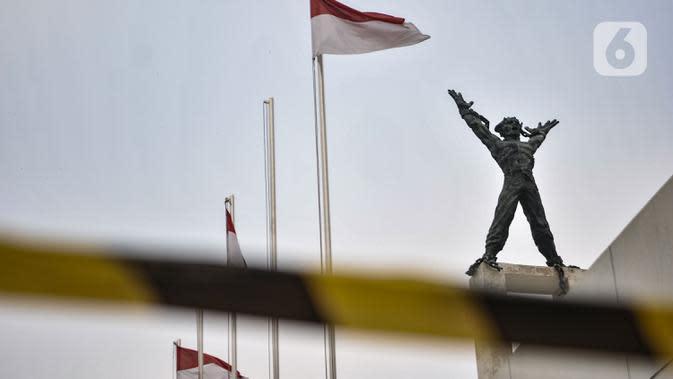 Garis batas terpasang di sekeliling Lapangan Banteng, Jakarta, Kamis (15/9/2020). Lapangan Banteng dan hutan kota lainnya di Ibu Kota Kembali ditutup sementara saat penerapan pembatasan sosial berskala besar (PSBB) Jakarta guna menekan penyebaran Covid-19 di ruang publik. (merdeka.com/Iqbal Nugroho)