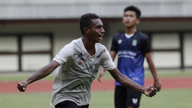 Pemain Timnas Indonesia U-16 saat melawan Tim Piala Soeratin Bekasi U-17 di Stadion Patriot, Bekasi, Jumat (13/3/2020). Kedua tim bermain imbang 1-1. (Bola.com/M Iqbal Ichsan)