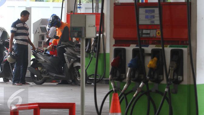 Pengendara motor mengisi kendaraannya dengan BBM di salah satu SPBU, Jakarta, Selasa (15/3). Pertamina menurunkan harga bahan bakar minyak (BBM) umum Pertamax, Pertamax Plus, Pertamina Dex, dan Pertalite Rp 200 per liter. (Liputan6.com/Angga Yuniar)