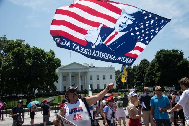 Simpatizantes del presidente de Estados Unidos, Donald Trump, se reúnen frente a la Casa Blanca en Washington, DC, el 3 de julio de 2019. (NICHOLAS KAMM / AFP / Getty Images)