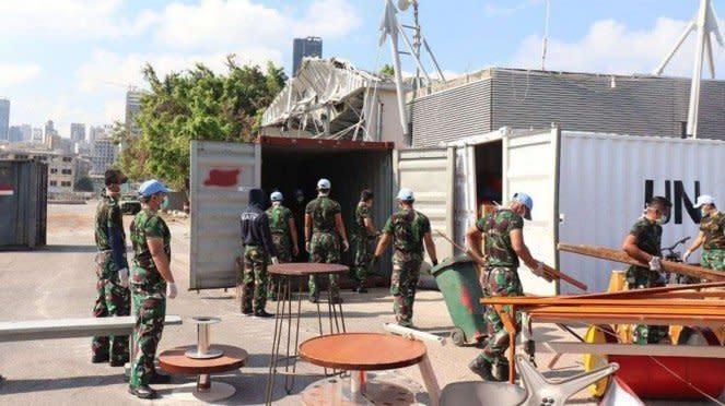 VIVA Militer: Satgas MTF UNIFIL Bantu Bersihkan Pelabuhan Beirut, Lebanon