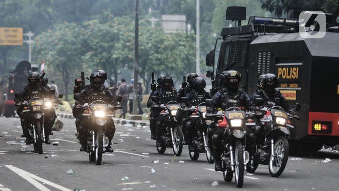 Pasukan Brimob menggunakan sepeda motor saat mengamankan bentrokan di kawasan Patung Kuda, Jakarta, Selasa (13/10/2020). Kepolisian mengerahkan pasukan Brimob Nusantara untuk mengamankan bentrokan saat aksi menolak UU Cipta Kerja. (merdeka.com/Iqbal S Nugroho)