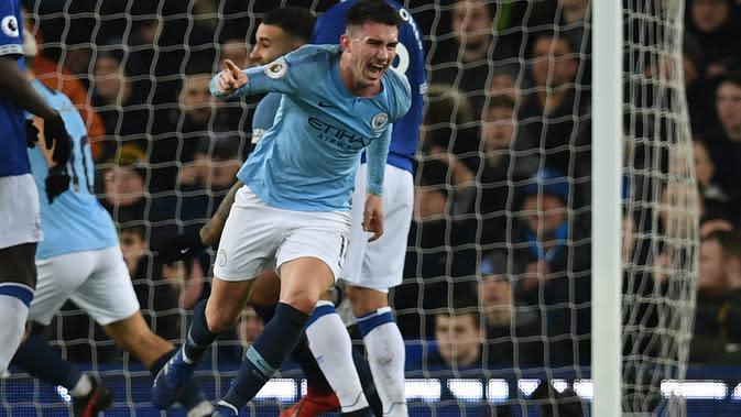 Selebrasi gol Aymeric Laporte usai mencetak gol ke gawang Everton pada laga lanjutan Premier League yang berlangsung di stadion Goodison Park, Liverpool, Kamis (7/2). Manchester City menang 2-0 atas Everton. (AFP/Paul Ellis)