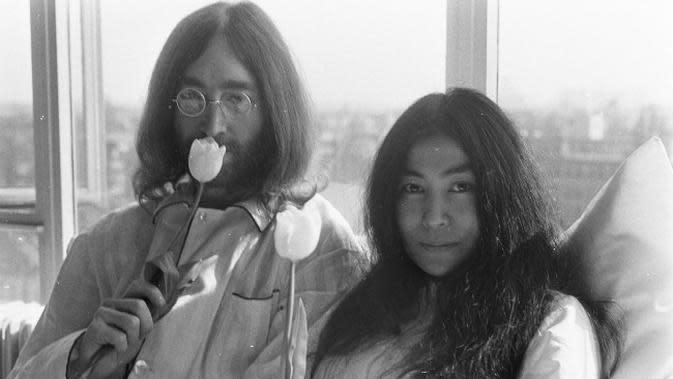 John Lennon dan Yoko Ono di Amsterdam pada 1969. (Sumber Wikimedia Commons)
