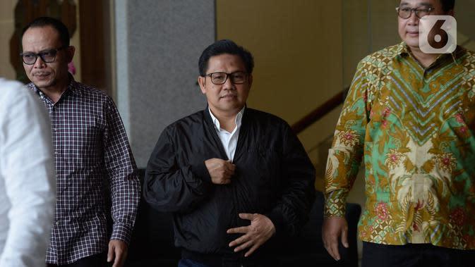 Wakil Ketua DPR RI Muhaimin Iskandar (tengah) berjalan meninggalkan Gedung KPK usai pemeriksaan di Jakarta, Rabu (29/1/2020). Muhaimin yang akrab disapa Cak Imin diperiksa dalam kasus suap terkait proyek Kementerian Pekerjaan Umum dan Perumahan Rakyat Tahun Anggaran 2016. (merdeka.com/Dwi Narwoko)