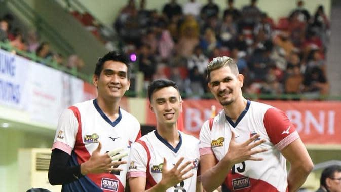 Atlet bola voli Rivan Nurmulki (kiri) saat memperkuat Surabaya Bhayangkara Samator di Proliga. (foto: Instagram @rivannurmulki)