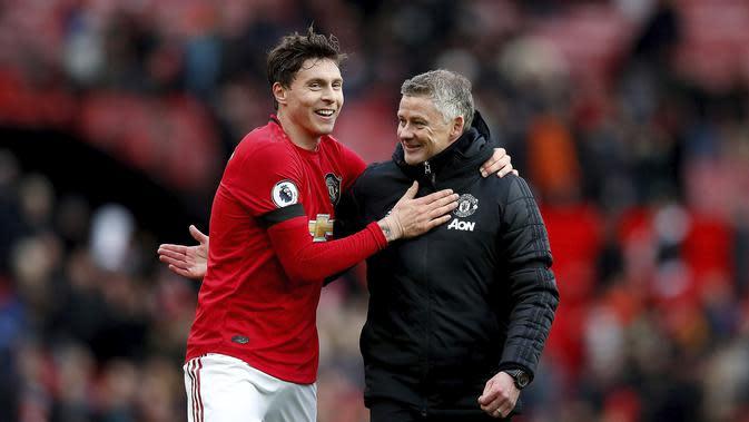 Bek Manchester United (MU) Victor Lindelof dan manajer Ole Gunnar Solskjaer tersenyum usai mengalahkan Watford 3-0 pada pekan ke-27 Liga Inggris di Old Trafford, Minggu (23/2/2020). (Martin Rickett / PA via AP)