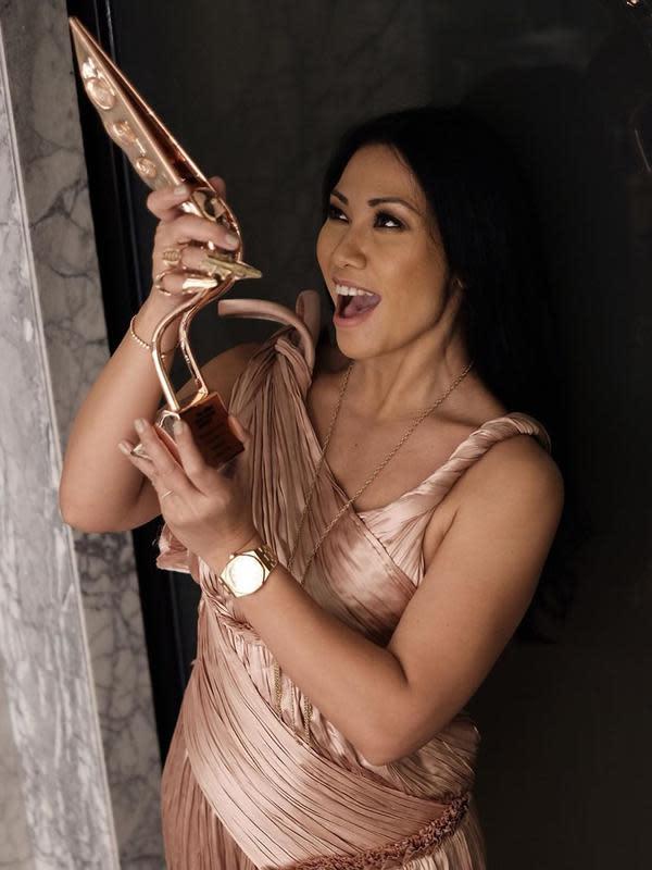 """""""Ini yangterjadi malam ini! Menerima penghargaan dari @asiantvawards untuk 'Outstanding Contribution to Asian Television - Performing Arts'. Terimakasih sekali untuk kepercayaan ini,"""" tulis Anggun. (Instagram/anggun_cipta)"""