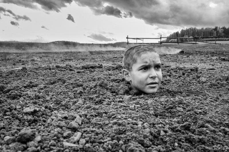 猶太男孩被認為他是不祥之人的村民以各種方式折磨,甚至將他埋在土裡,只剩頭露出地面。(聯影提供)