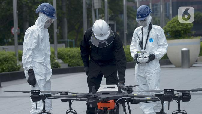 Petugas menyiapkan drone untuk menyemprotkan cairan disinfektan di Jalan Bursa Efek menuju Patung Pemuda, Jakarta, Jumat (27/3/2020). Penyemprotan dilakukan untuk mencegah penyebaran virus corona COVID-19. (merdeka.com/Imam Buhori)
