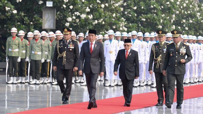 Jokowi dan Wakil Presiden Maruf Amin memasuki area TMP Kalibata sekitar pukul 08.00 WIB. Jokowi pun langsung memimpin jalannya upacara