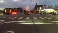 無照載友闖紅燈遭撞! 騎士骨折、乘客噴飛