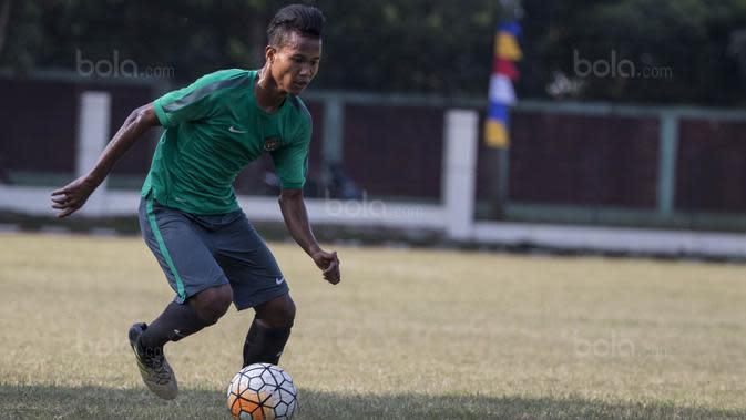 Bek Timnas Indonesia U-16, Amiruddin Bagas, menggiring bola saat melawan Kabomania U-17 pada laga uji coba di Stadion Atang Sutresna, Jakarta Timur, Jumat (8/9/2017). Timnas U-16 menang 6-1 atas Kabomania U-17. (Bola.com/Vitalis Yogi Trisna)