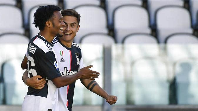 Pemain Juventus, Juan Cuadrado dan Paulo Dybala, melakukan selebrasi usai membobol gawang Torino pada laga Serie A di Stadion Allianz, Turin, Sabtu (4/6/2020). Juventus menang 4-1 atas Torino. (AP/Marco Alpozzi)