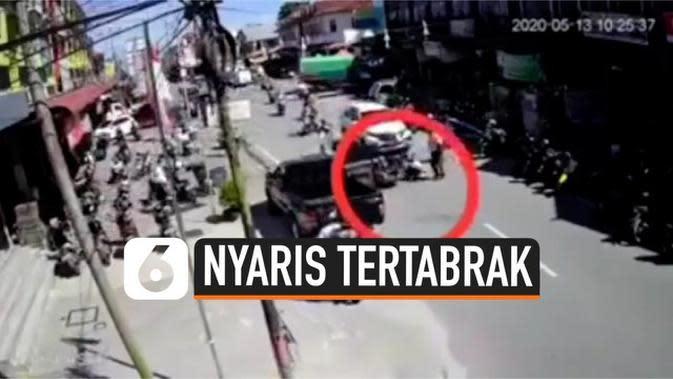 VIDEO: Hantam Pintu Mobil, Pengendara Motor Jatuh dan Nyaris Tertabrak