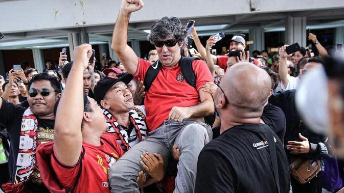 Suporter sambut Bali United (Liputan6.com / Dewi Divianta)