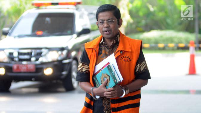 Terdakwa kasus dugaan suap proyek PLTU Riau-1 Idrus Marham bersiap menjalani pemeriksaan di Gedung KPK, Jakarta, Kamis (16/5/2019). KPK memeriksa Idrus Marham sebagai saksi untuk tersangka Dirut PLN nonaktif Sofyan Basir dalam kasus dugaan suap proyek PLTU Riau-1. (merdeka.com/Dwi Narwoko)